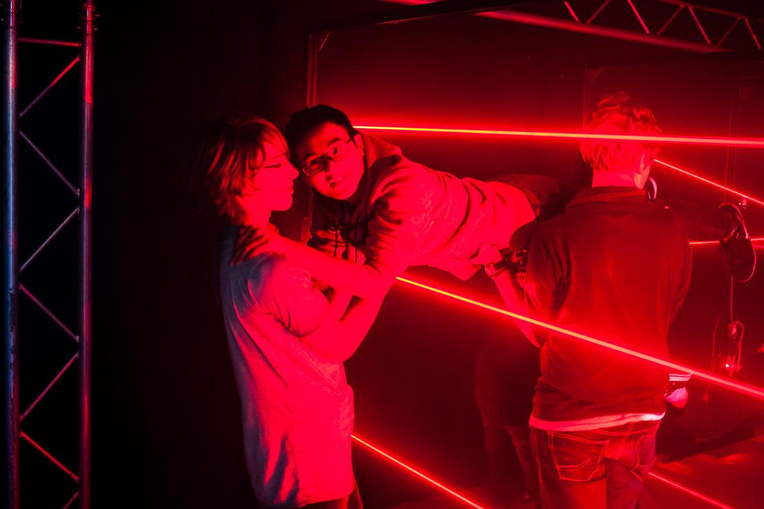 Menschen helfen sich gegenseitig im Laser Labyrinth